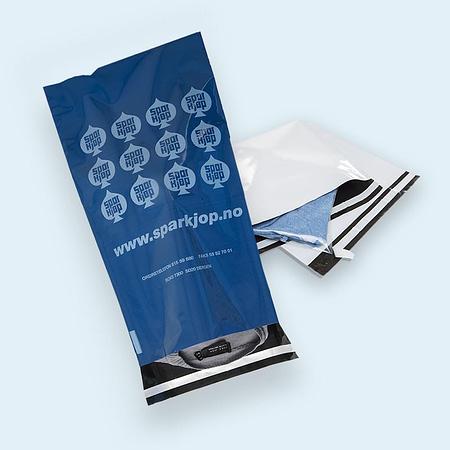 postposer med logo og hvit e-handelsposer