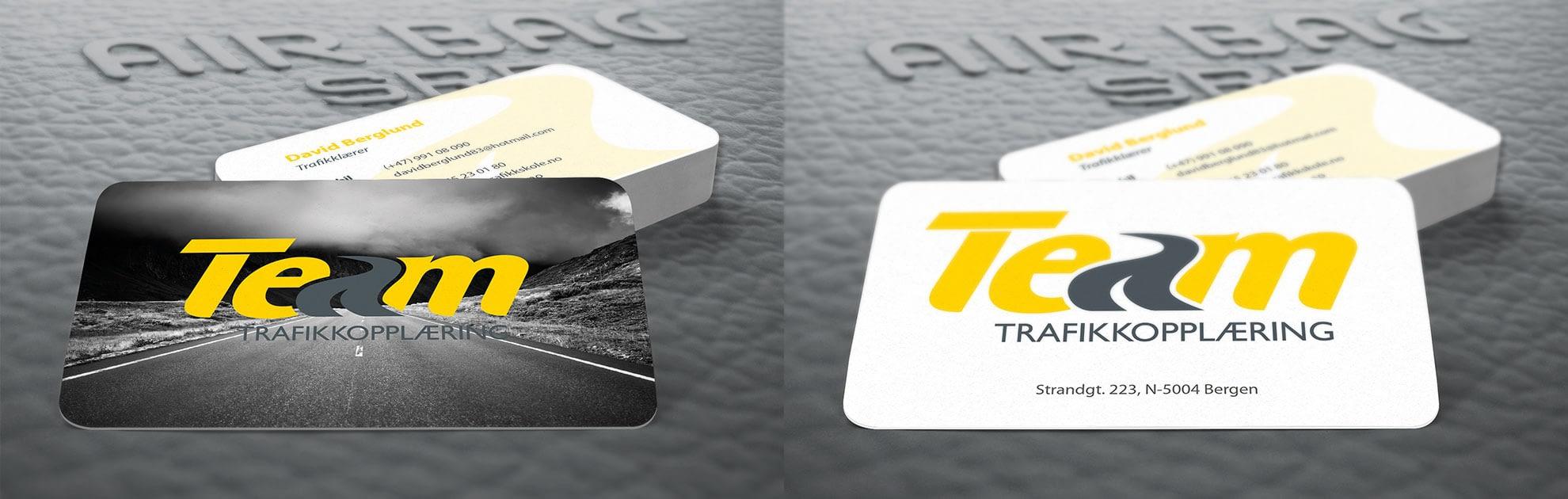 Visittkort design trafikkskole med runde hjørner og svært høy kvalitet på både trykk og papir.