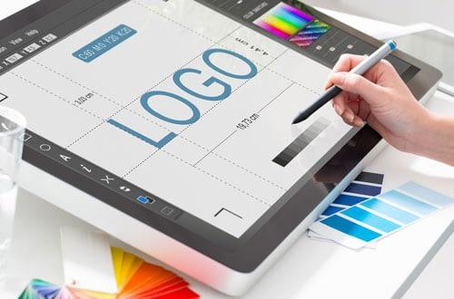 Trenger du logo for ditt bedrift. Vi lager logoer som hjelper din firma for å gjenkjent og skaper sterk kommunikasjon med dine kunder.